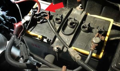 Gambar posisi kabel aki positif pada aki mobil