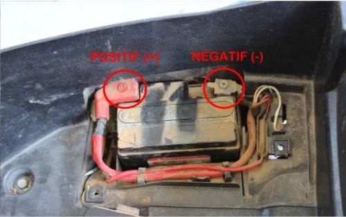 Gambar aki motor beserta kabel negatif dan positifnya