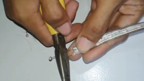 Memotong jarum pentul dengan tang potong