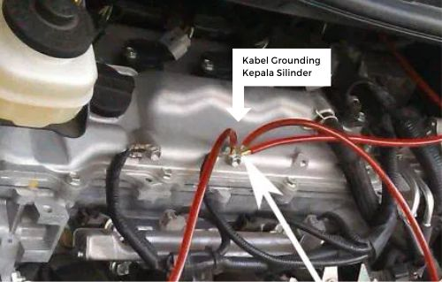 Gambar kabel grounding dekat kepala silinder