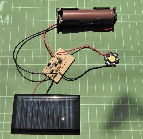 Gambar solar cell pada saat terkena cahaya matahari (energi matahari digunakan untuk mengisi baterai dan lampu mati)