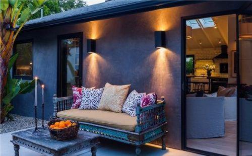 Gambar lampu sorot pada teras rumah