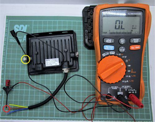 Gambar mengukur kontinuitas jalur setiap kabel ke bodi lampu sorot (1)