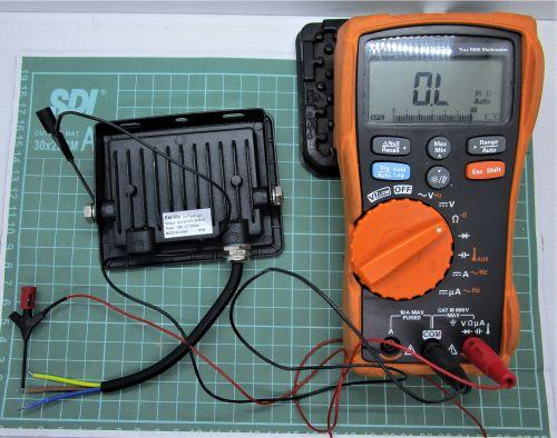 Gambar mengukur kontinuitas jalur setiap kabel ke bodi lampu sorot (2)