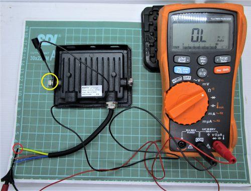 Gambar mengukur kontinuitas jalur setiap kabel ke bodi lampu sorot (3)