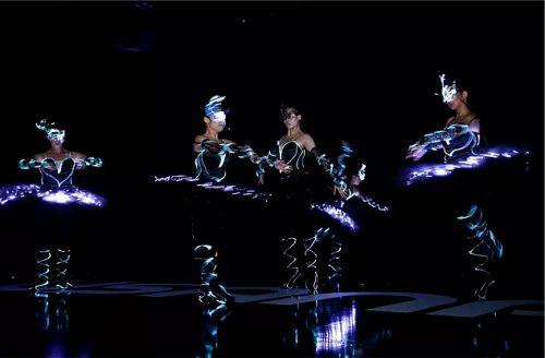 Gambar penari balet dengan kostum LED neon flex