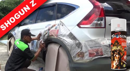 Gambar orang yang sedang mengecat mobil dengan pilox merk Shogun