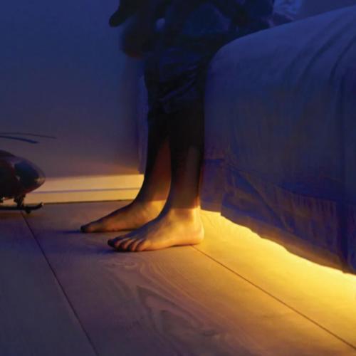 Gambar lampu LED strip di bawah kasur