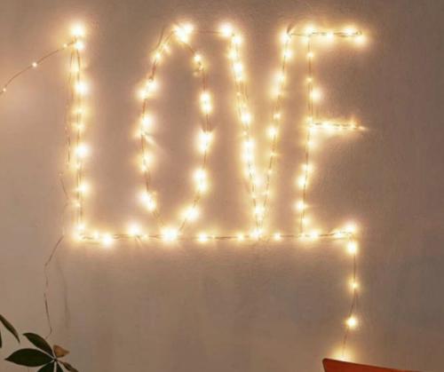 """Lampu tumblr yang di bentuk kata """"LOVE"""""""