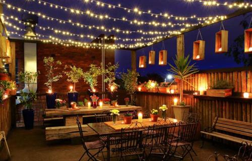 Gambar lampu TUMBLR pada area teras cafe