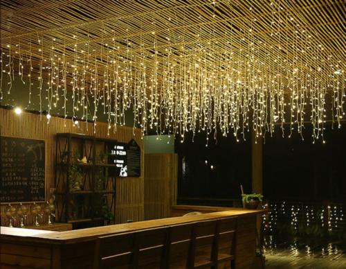 Gambar lampu tumblr tirai pada area teras cafe