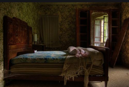 Gambar kamar yang kurang pencahayaa sehingga berkesan horor / seram