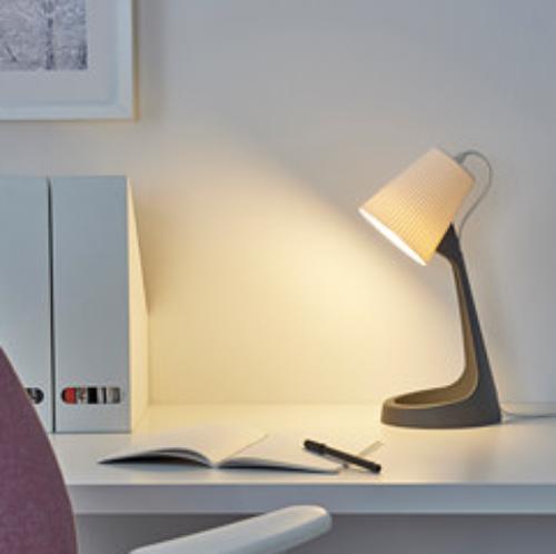 Gambar lampu meja pada meja kerja