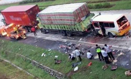 Gambar terjadinya kecelakaan tabrak belakang