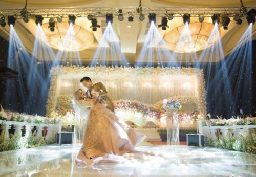 Penataan cahaya menggunakan lampu sorot untuk panggung