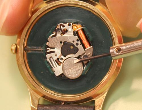 mengganti baterai jam tangan