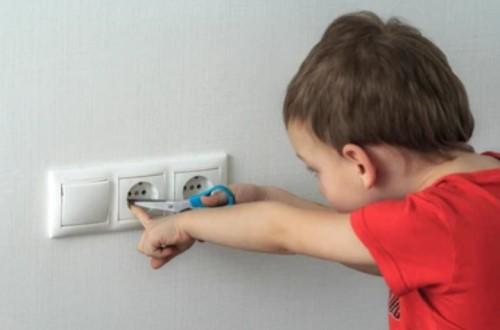 Anak kecil tersengat listrik stop kontak