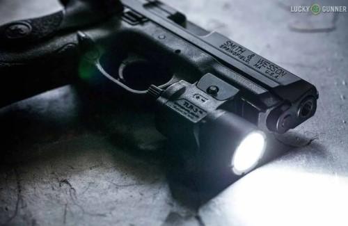 Senter Taktis Mounted pada senjata