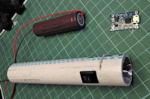 Memasukkan komponen DIY senter cas