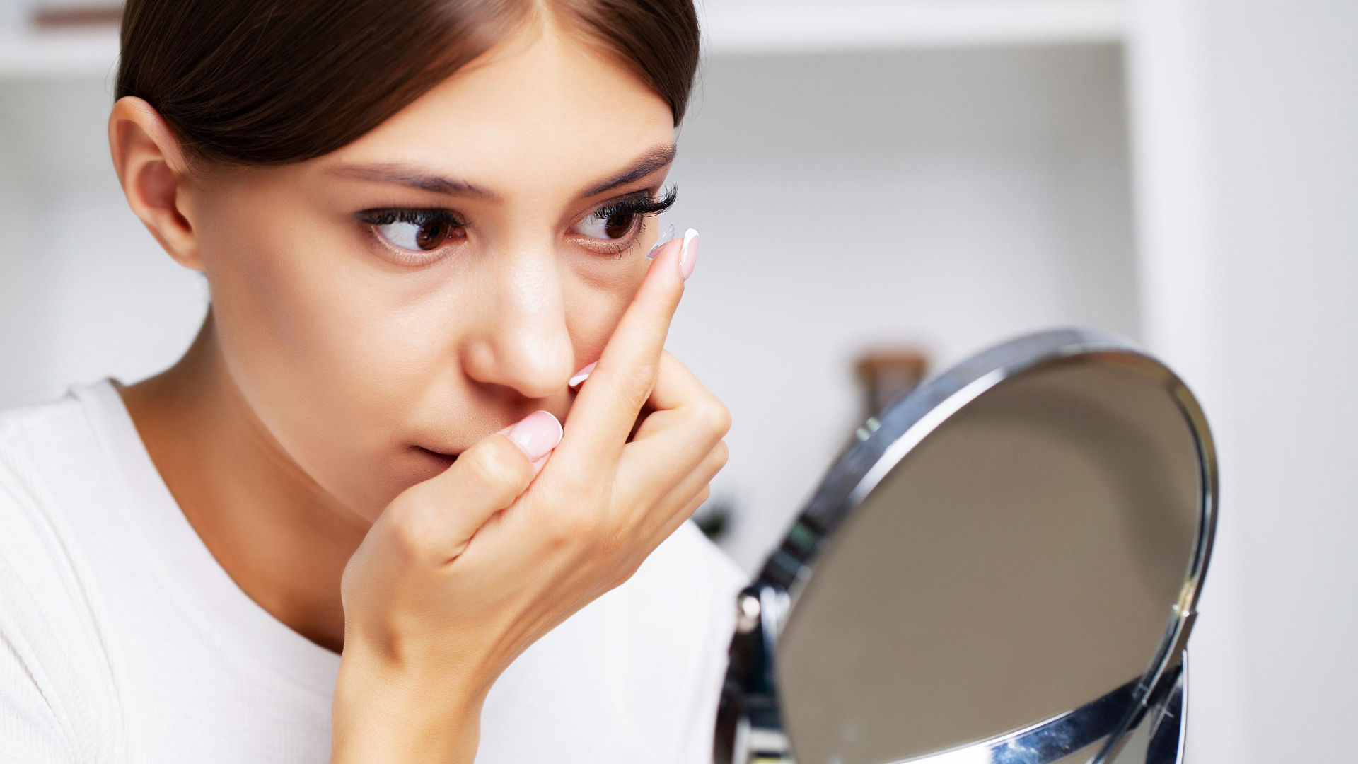 Cum sa te machezi daca porti lentile de contact?
