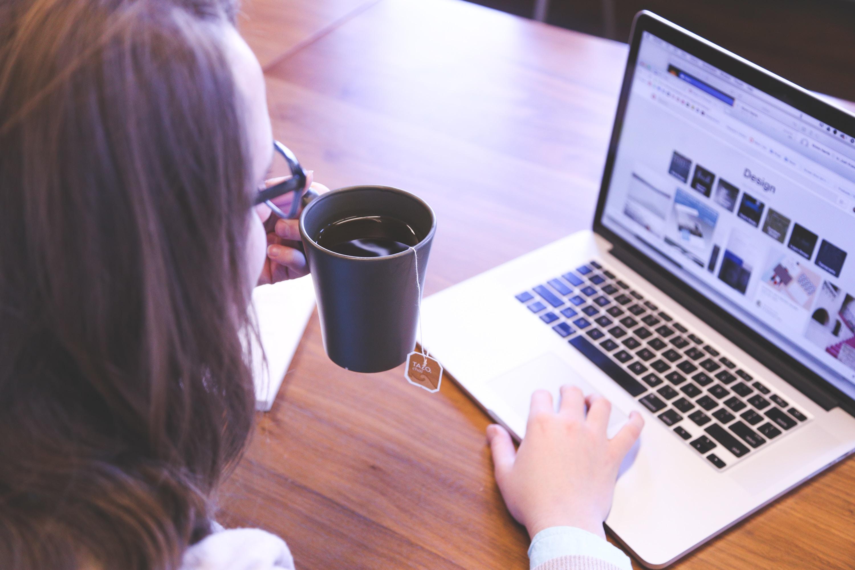 Woman reading website content by Benigo agency