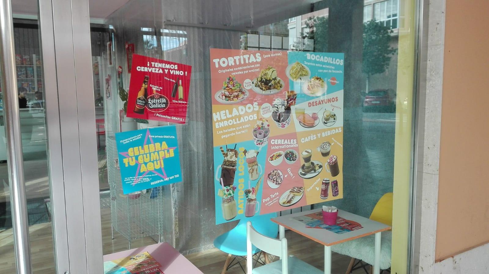 Anuncios de productos en una cafetería en cartagena