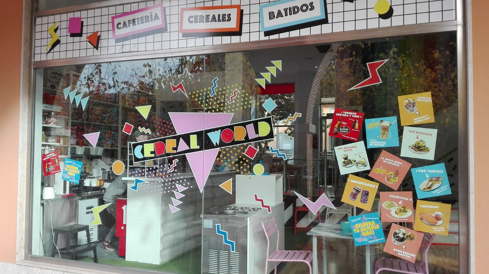 Anuncios de productos en una gran ventana de cafetería en cartagena