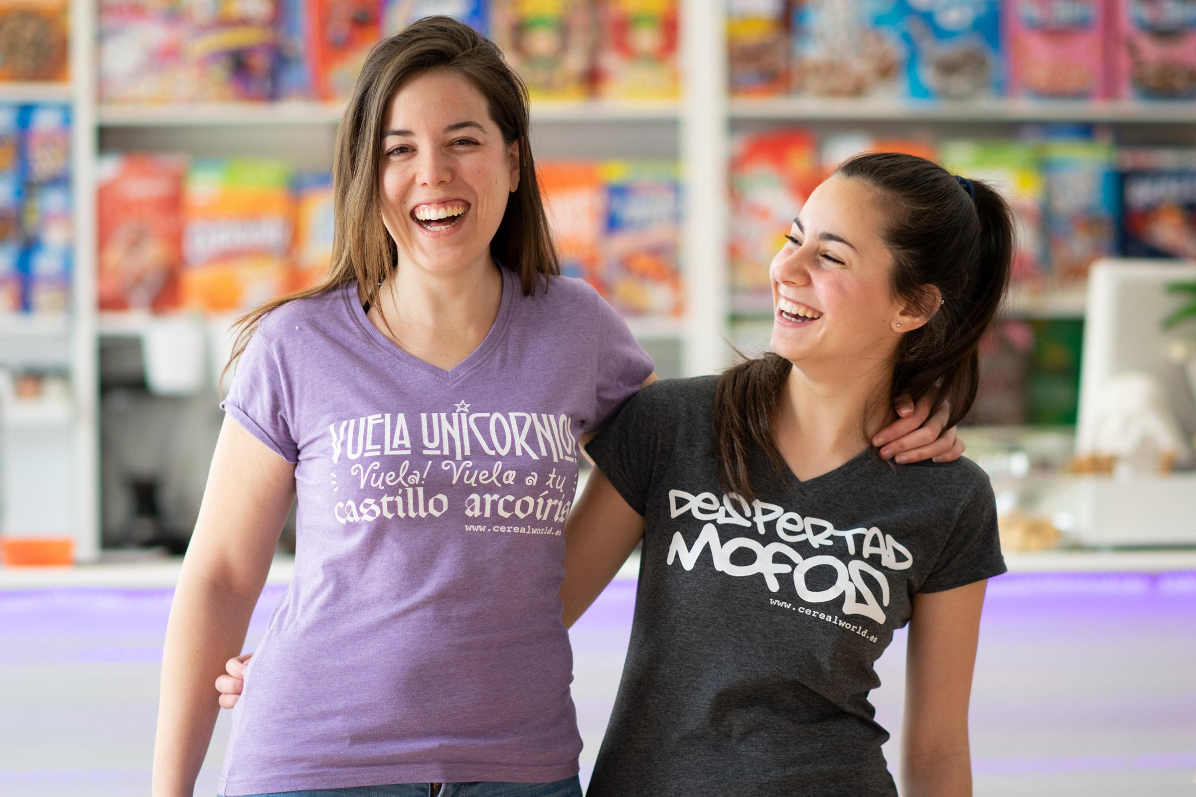 Dos mujeres jóvenes con diseño moderno de camisas en barra de cereales Murcia