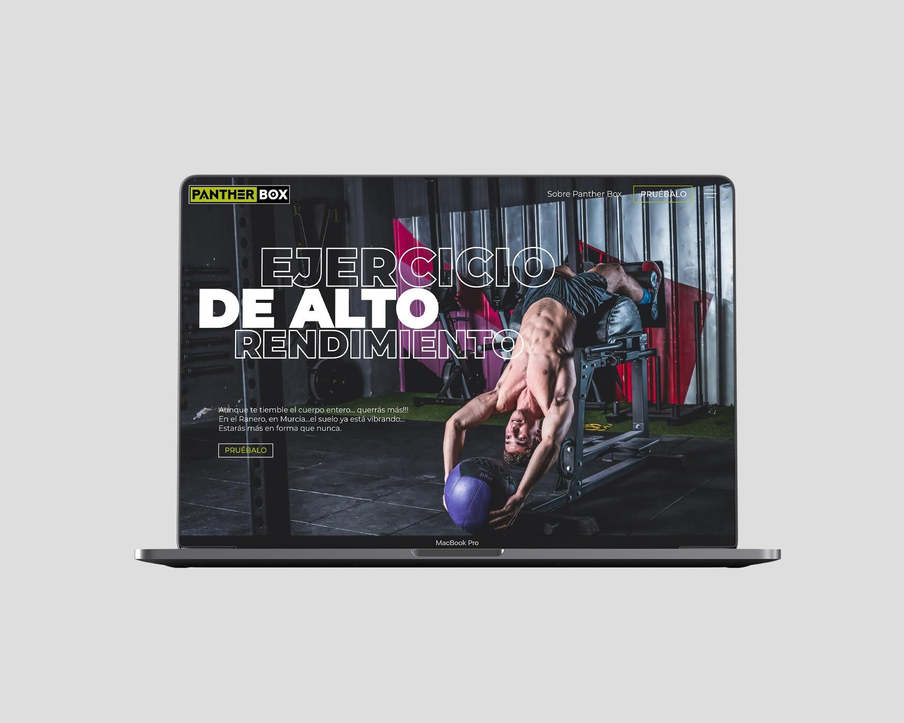 Diseño moderno de página web en la computadora portátil con hombre musculoso levantando pelota pesada