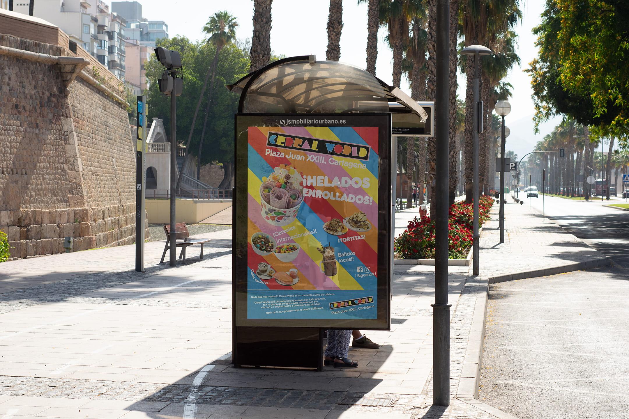 Colorido, gran cartel de anuncio de parada de autobús en la calle en cartagena