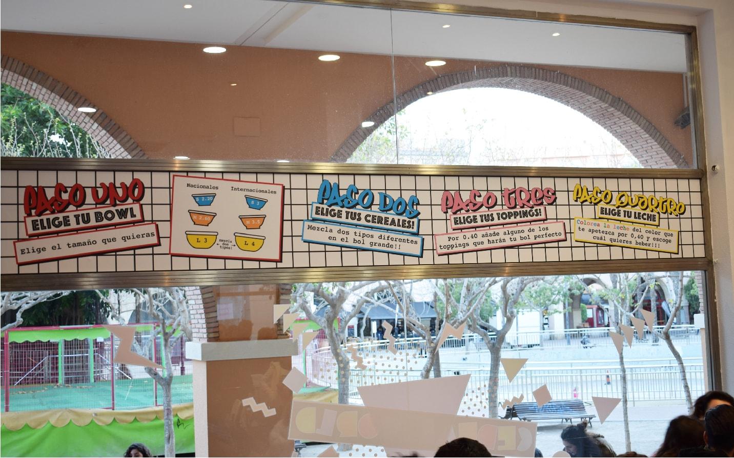 Diseño gráfico en la pared del café moderno en Cartagena