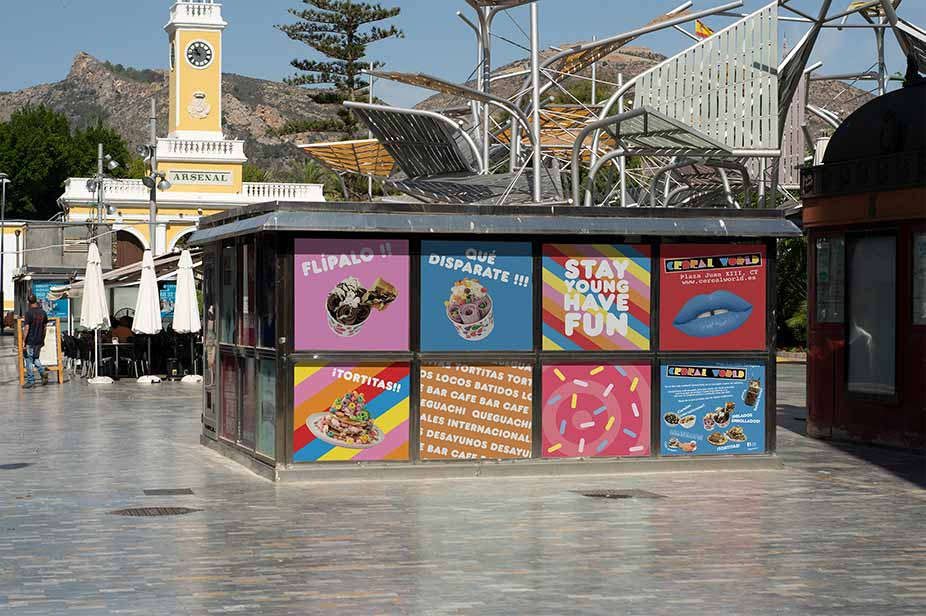 Coloridos carteles de campaña publicitaria en la calle