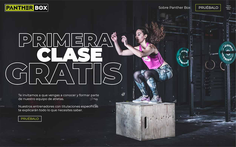 Diseño web de gimnasio crossfit con mujer joven saltando.