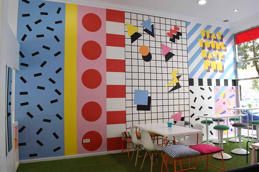 diseño gráfico enorme y colorido en la pared