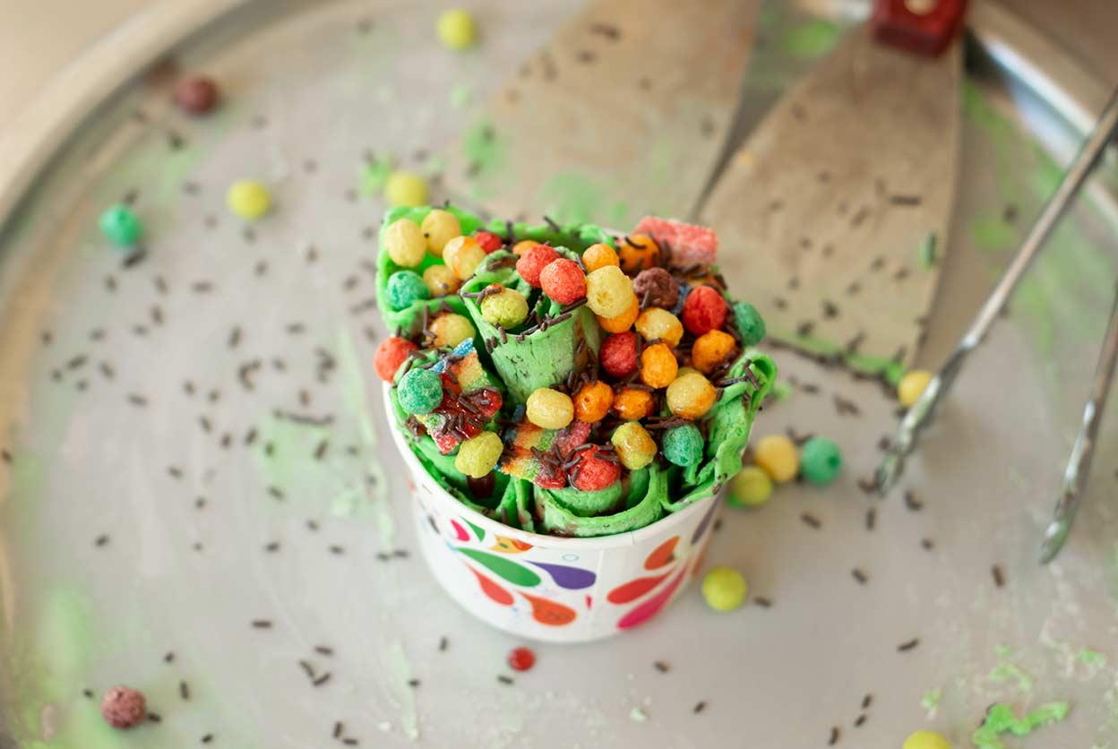coloridos rollos de helado y bolas de cereal en copa