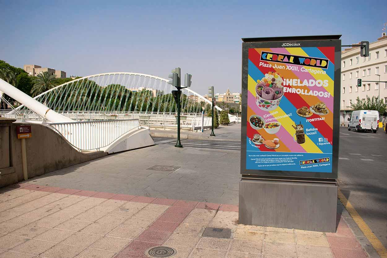 Colorido anuncio de producto de parada de autobús en Murcia