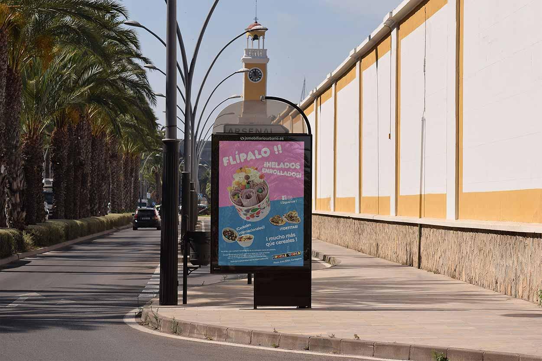 Colorido, gran cartel publicitario en la calle en cartagena