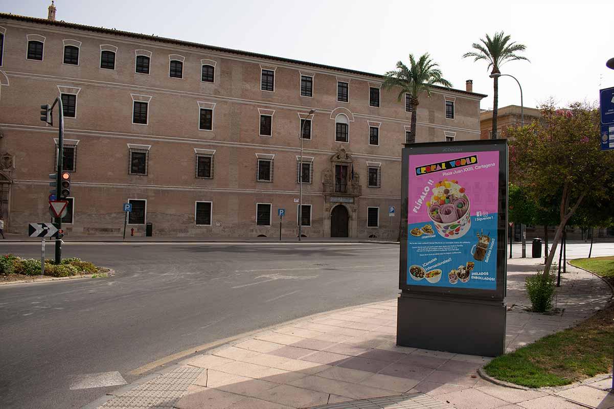 Colorido, gran cartel publicitario en la calle en murcia