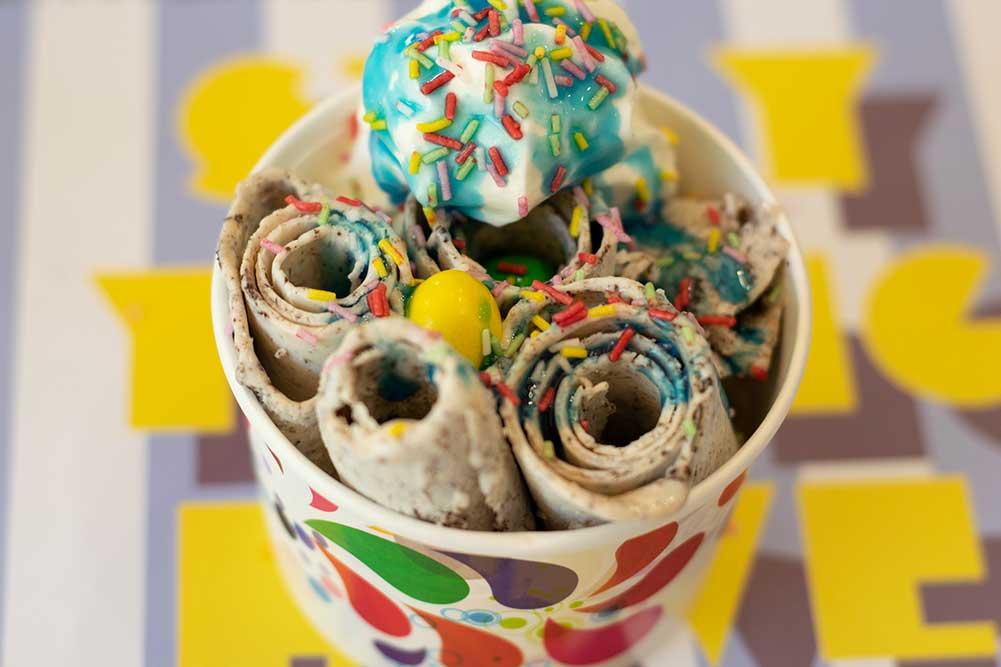 Sesión de fotos de helado en la cafetería de cereales contemporánea