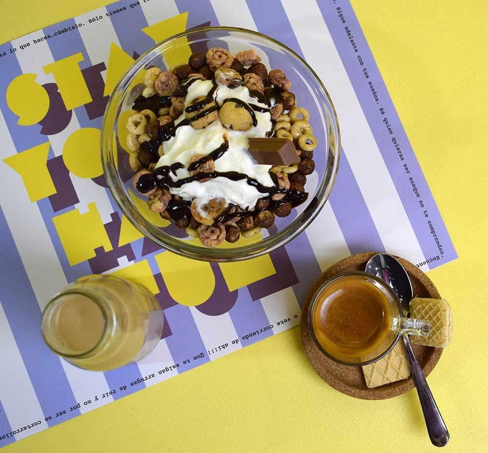Sesión de fotos con café y cereales en la moderna cafetería de Murcia