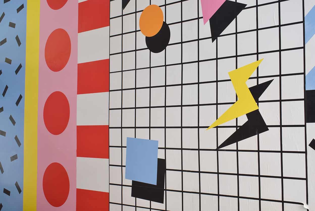 Diseño gráfico audaz en la pared del contemporáneo del café moderno en Cartagena