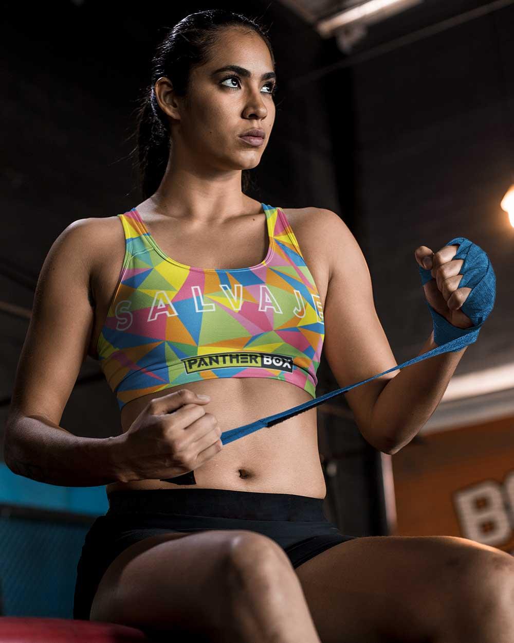 Ejercicios de mujer joven con diseño de sujetador deportivo de colores brillantes.