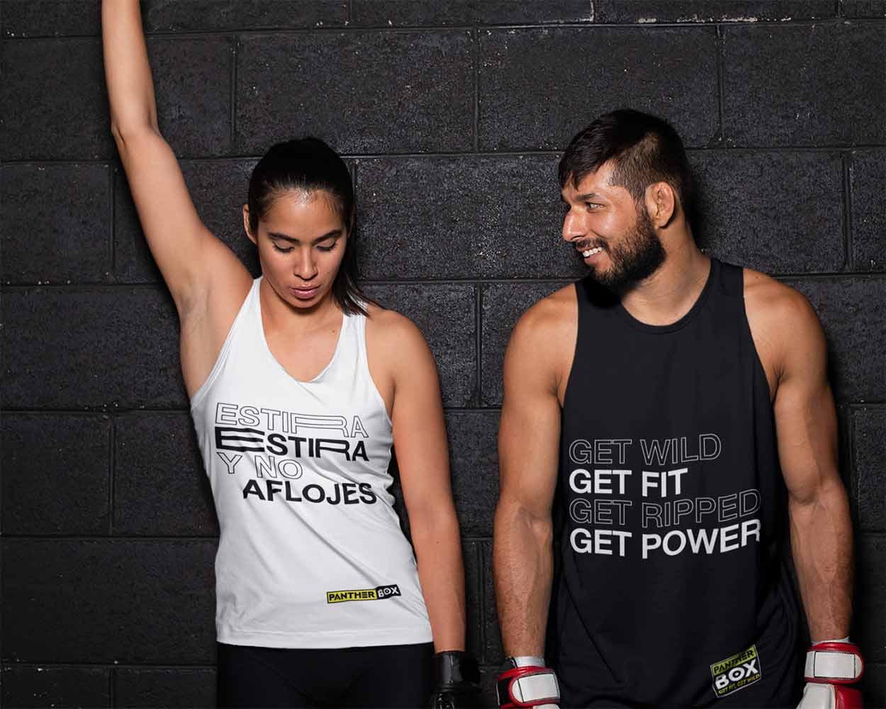 Dos jóvenes se paran contra la pared del gimnasio con diseños de ropa deportiva en blanco y negro.