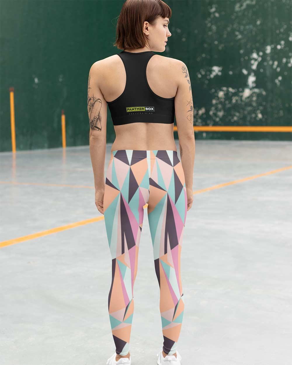 Mujeres en el gimnasio de crossfit con un diseño genial de leggins