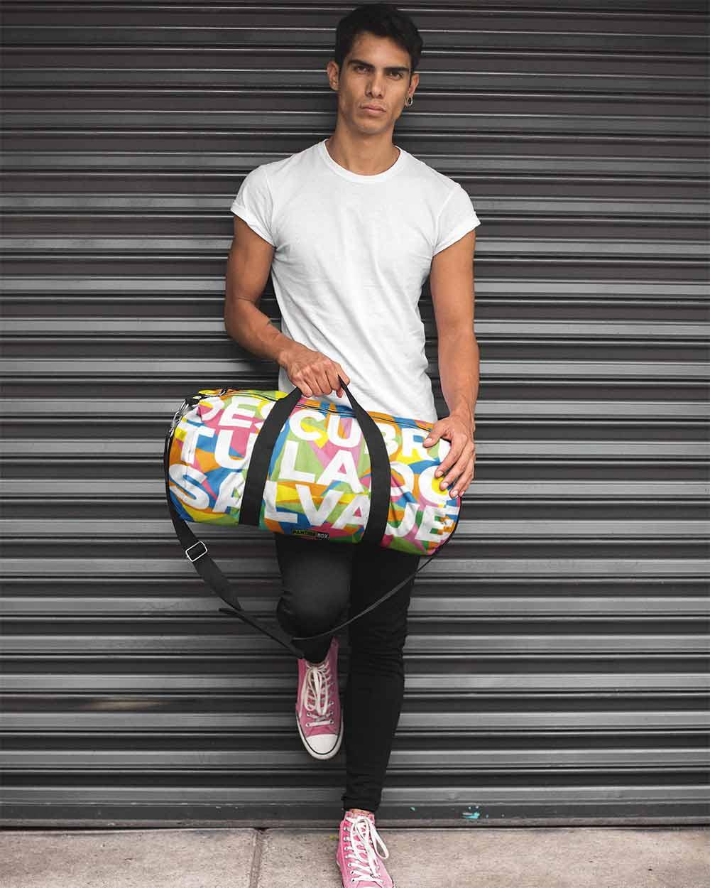 El hombre se encuentra con un colorido diseño de bolsa de deporte.