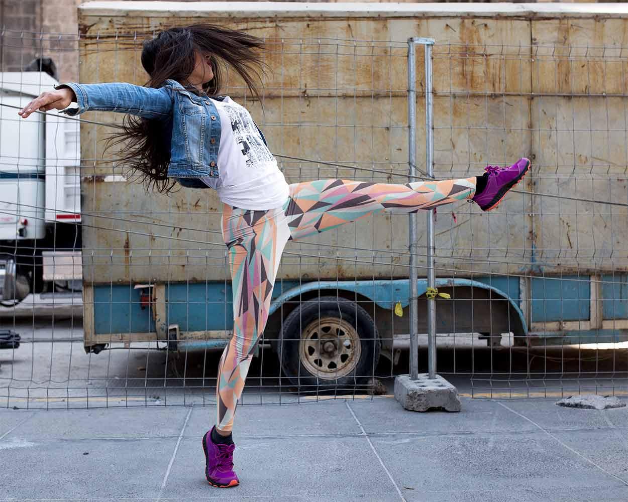 Mujeres saltando en zonas urbanas con un diseño genial de leggins