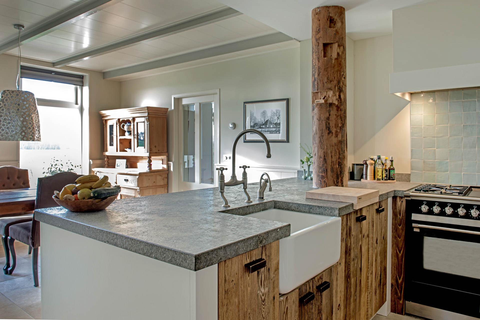 Barnwood keuken met spaans hardsteen aanrechblad