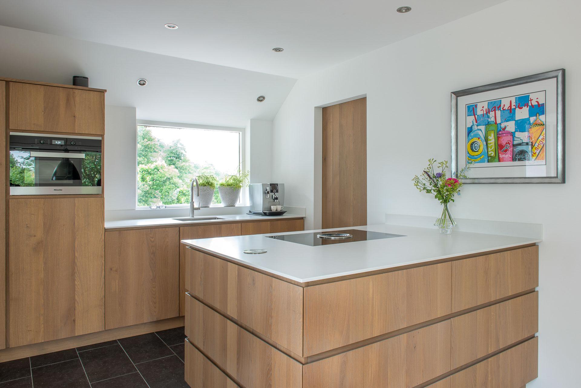 Greeploze moderne keuken met Bora inductiekookplaat