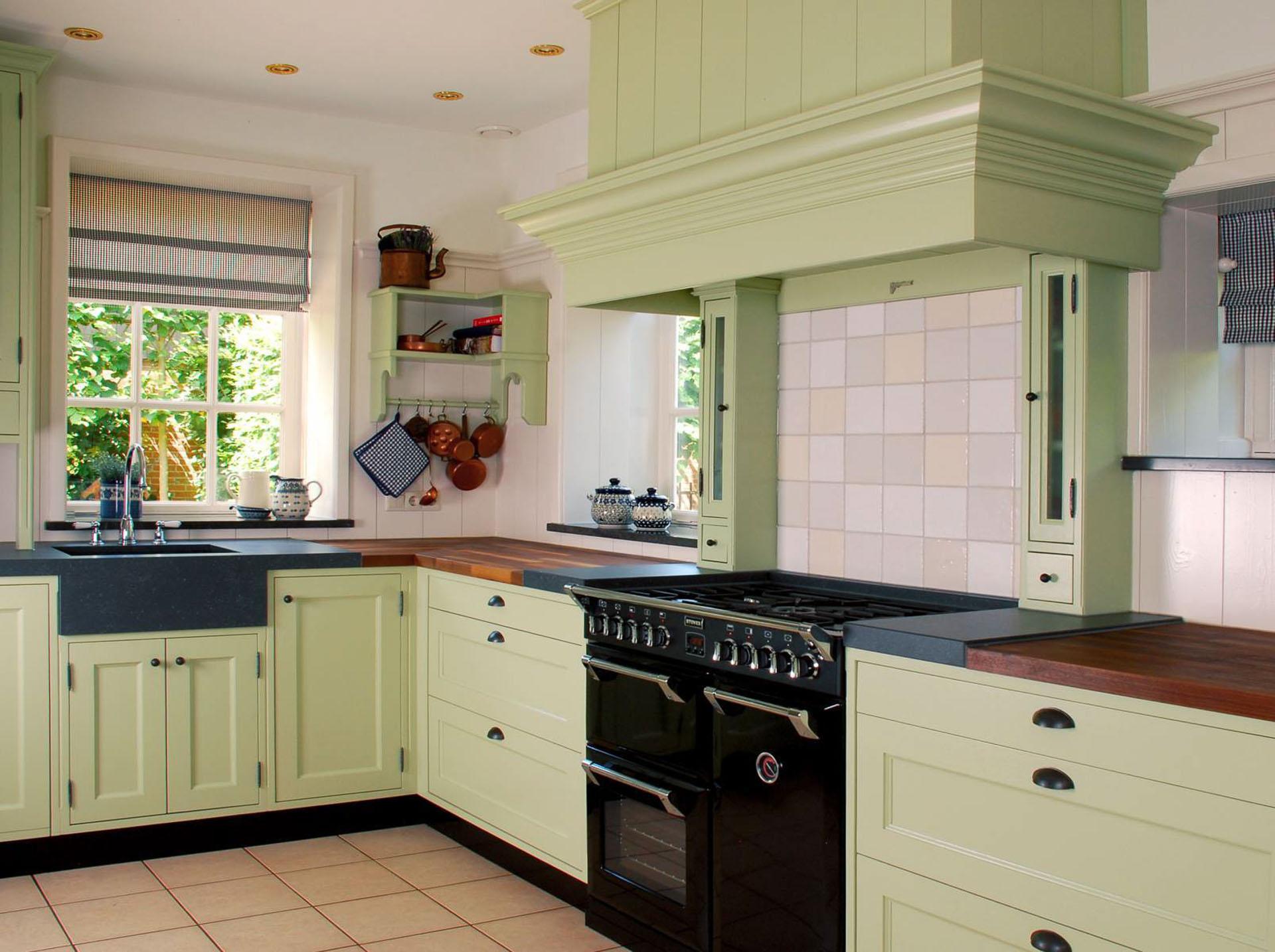 Farrow & Ball groene houten keuken met landelijk karakter