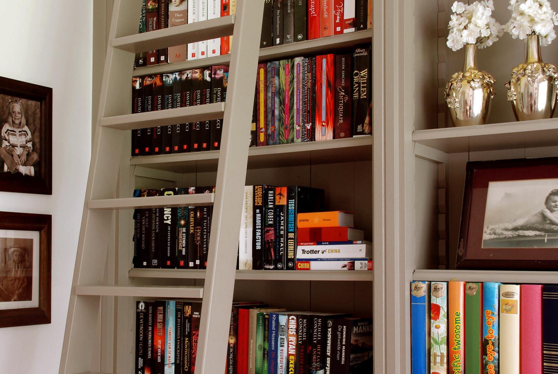 Landelijke boekenkast tot plafondhoogte